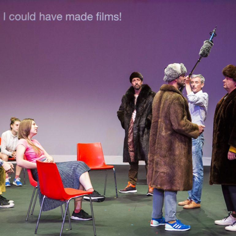 Scènebeeld van de voorstelling 'CHEKOV fast & Furious' door Superamas